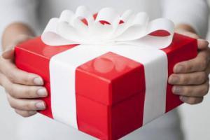 Должен лимуждарить жене подарки