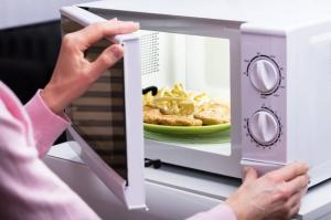 Топ-9 продуктов, которые не стоит разогревать в микроволновке