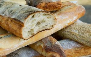 Не выбрасывайте черствый хлеб: можно приготовить вкуснятину