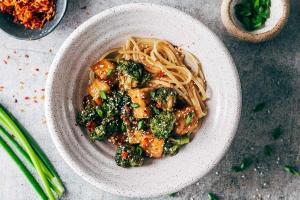 Лапша терияки с тофу и жареным шпинатом