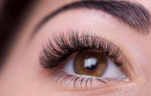 Женщина утверждает, что потеряла зрение после неудачного наращивания ресниц