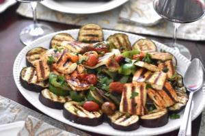 Салат с лапшой и овощами гриль